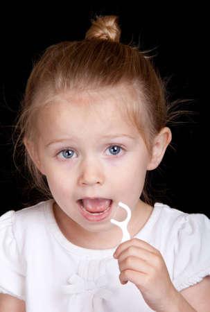 Ein sehr nettes Mädchen übernimmt den Zähnen sehr gut. Standard-Bild - 9653039