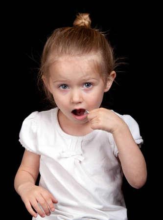 Ein sehr nettes Mädchen übernimmt den Zähnen sehr gut. Standard-Bild - 9653038
