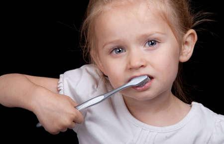 Ein sehr nettes Mädchen übernimmt den Zähnen sehr gut. Standard-Bild - 9653052