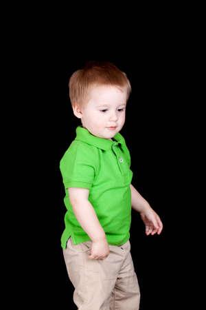 Ein junger Junge schaut auf etwas auf dem Boden Standard-Bild - 9748776
