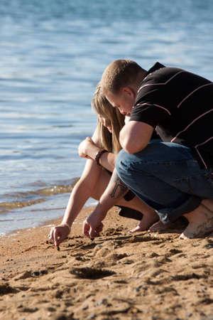 Ein romantisches Bild der niedlich paar am Strand in Lake Tahoe. Standard-Bild - 9896039