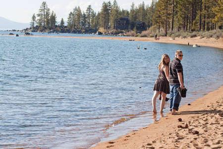 Ein romantisches Bild der ein nettes Paar am Strand in Lake Tahoe. Standard-Bild - 9896060