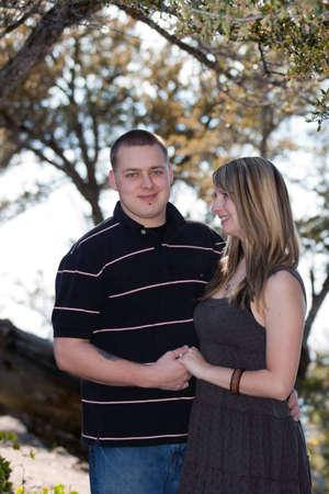 Ein romantisches Bild der ein nettes Paar in Lake Tahoe. Standard-Bild - 9896038