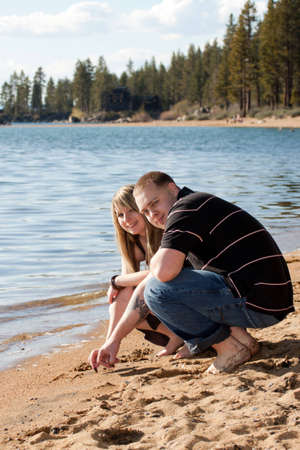 Ein romantisches Bild der ein nettes Paar am Strand in Lake Tahoe. Standard-Bild - 9896037