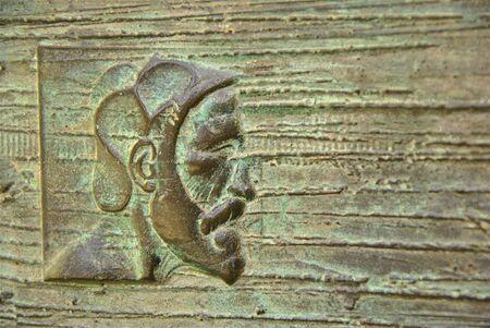 sacra famiglia: Particolare di testa in porta di bronzo della chiesa della Sacra Famiglia