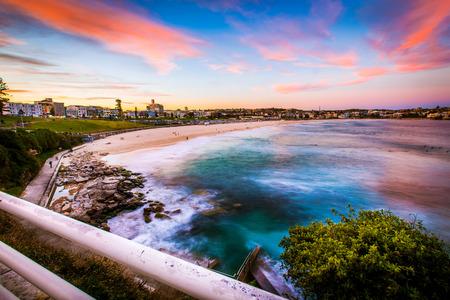 ボンダイビーチ、シドニー、オーストラリアで美しい夕日の海景ビュー。