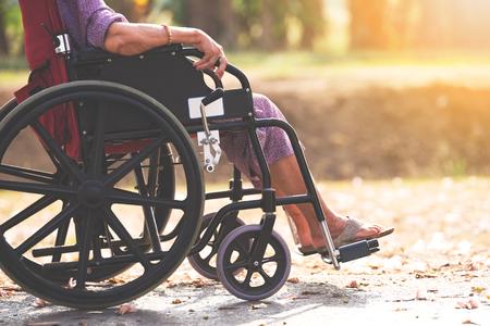 La gente mayor en silla de ruedas
