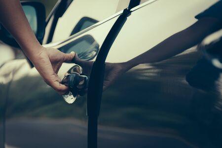 robo: Mano en el mango. Primer plano de la mano del hombre la apertura de una puerta de coche.