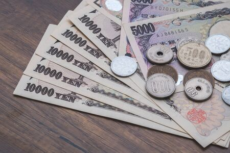 Japanese yen, Japanese currency bank notes and coins on table Stockfoto