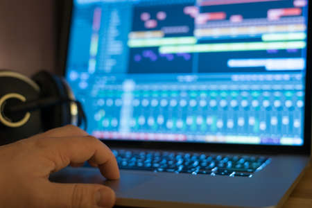 デジタル ・ オーディオ ・ ワークステーションを制御するユーザー。フィールドの狭い深さ