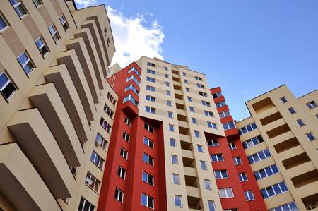 Schauen Sie sich die Fassade des mehrgeschossigen Wohnhauses auf.