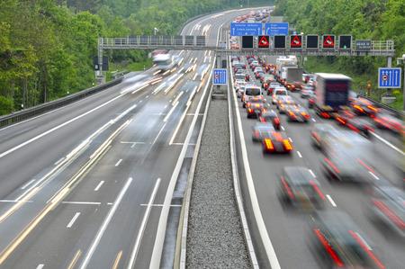 ドイツの多車線道路の平面図です。移動中の車からぼやけに点灯します。