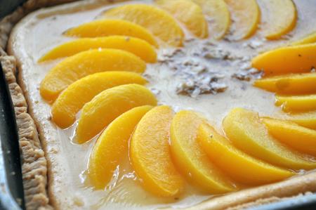 Homemade cheesecake with peaches close up. Lizenzfreie Bilder