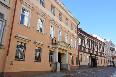 The ancient Dominican Street of Vilnius with picturesque houses on a sunny day. Lizenzfreie Bilder