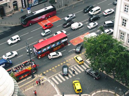 부다페스트, 헝가리. 자동차와 관광 버스와 거리의 상위 뷰.