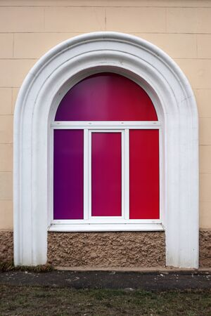 Arched white window with purple gradient filling. Standard-Bild