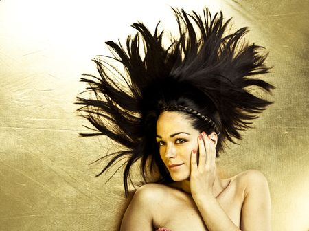 piękny portret kobiet uśmiechnięte nad złotym tle