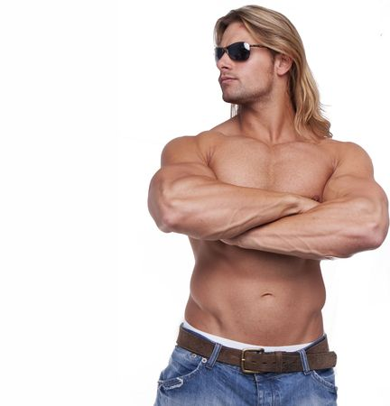 defined: Athletic sexy corpo maschile con il costruttore lunghi capelli biondi. gladiatore indossando occhiali da sole