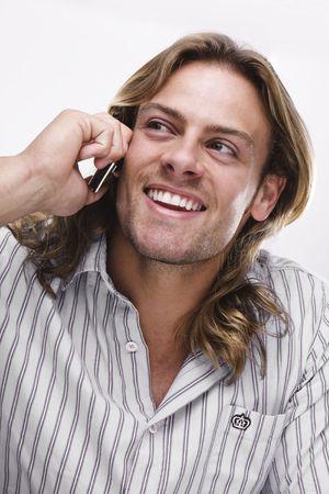 młody człowiek, długie blond włosy mówiąc przez telefon noszenie dorywczo shirt Zdjęcie Seryjne