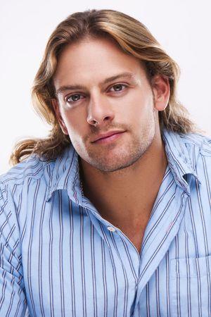 mann mit langen haaren: Portr�t von Casual blonde junge Mann mit blauen T-Shirt