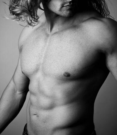 defined: Abs muscolare di un uomo su sfondo grigio Archivio Fotografico