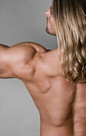 defined: Male Body Builder indietro con i capelli lunghi Archivio Fotografico