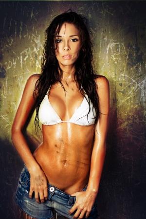 umida: Ritratto di donna sexy sporco con i capelli bagnati e bikini