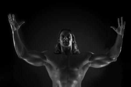 sculpted: Dramatische beeld van een fraai gebeeldhouwde bodybuilder Stockfoto