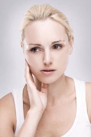 dolor  de diente:  Retrato de una mujer rubia cauc�sicos con dolor de muelas sobre fondo gris