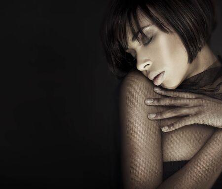 ojos cerrados: Headshot mujer morena con los ojos cerrados retrato sensual