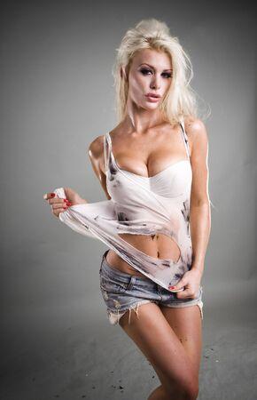 wet nude: modelo sexy con la piel h�meda y sucia y el cabello