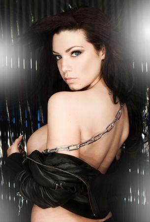 reggicalze: Modello sexy seducente in reggiseno nero headshoot