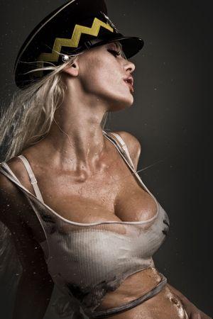 wet nude: modelo sexy con piel h�meda y sucia y pelo fumar cigarrillos