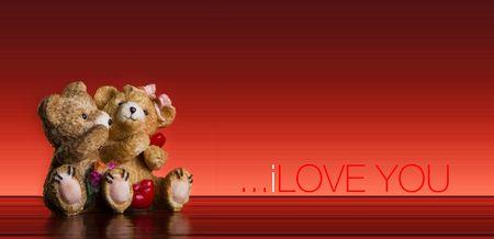 Concepto de San Valentín - pareja de osos de peluche sobre fondo rojo con el texto I love you  Foto de archivo