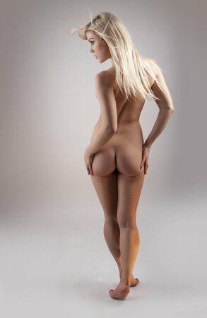 una hermosa mujer joven, mostrando su cuerpo desnudo Foto de archivo - 6262658