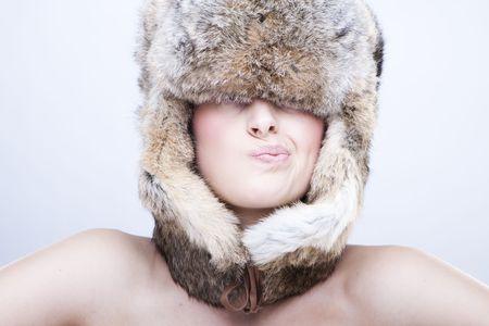 russian girls: Retrato de una bella joven en un sombrero ruso de pieles