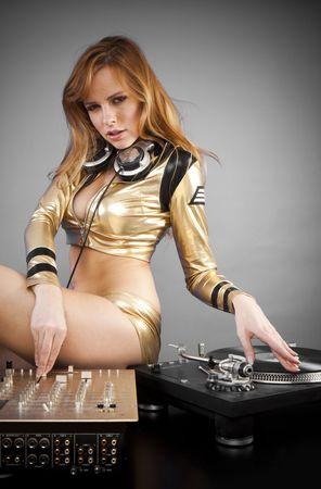 ropa interior ni�as:  Bella chica de DJ en cubiertas en el partido con el fondo gris claro
