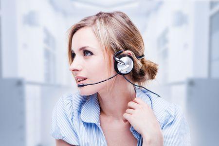 telephone headsets: Atractiva joven Rubio con un auricular de tel�fono