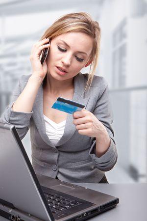 Kobieta za pomocÄ… karty do Kup Online  Zdjęcie Seryjne