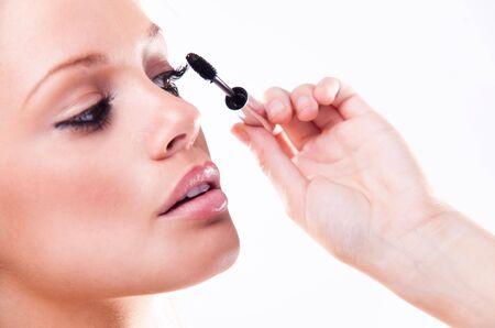 młoda kobieta z eyeliner dla jej rzęs