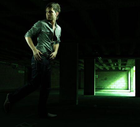 hombre asustado: destac� el hombre guapo huir en un aparcamiento  Foto de archivo
