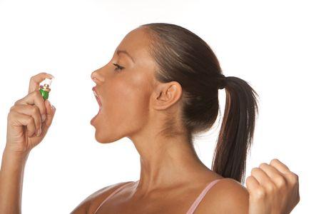 Kobieta zastosowanie rozpylaczy oddech świeżego