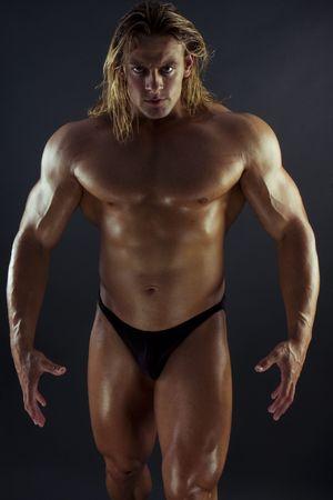 defined: Generatore corpo maschile sexy atletico con i lunghi capelli biondo. Gladiator