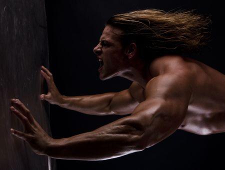 defined: Immagine drammatica di un bodybuilder splendidamente scolpito