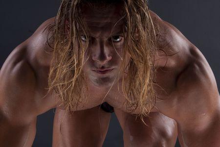 cuerpo hombre: Imagen dram�tica de una fisicoculturista bellamente esculpida