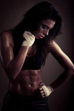 wyczerpana brunette po treningu noszenie góry przydatności. z wielką organ kształtu