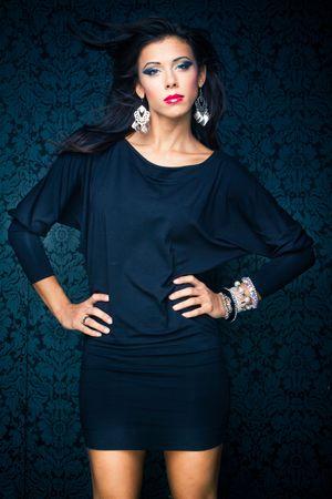 3904d010b20492 Vogue stijl vintage portret van brunette model staande tegen de muur  Stockfoto