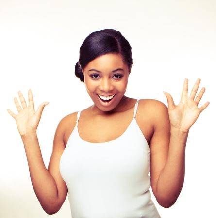 negras africanas: Mujer sonriendo con sus manos extendido un fondo blanco