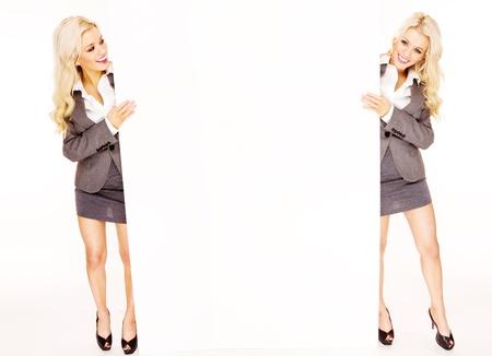 ragazze bionde: sexy gemelle affari tenendo una pagina bianca su sfondo bianco