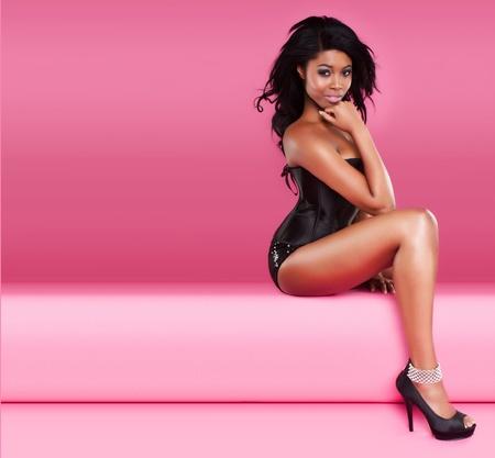 negro: Imagen hermosa mujer sonriente joven negro con un espacio para el texto, mejor para el prospecto partido rnb o cd cover